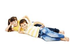 Entzückender Bruder und Schwester, die auf dem Boden liegt Lizenzfreies Stockfoto
