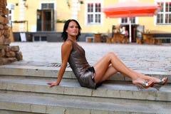 Entzückender Brunette mit den sexuellen Fahrwerkbeinen in altem Riga Stockfotografie