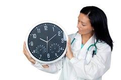 Entzückender Doktor mit einer großen Borduhr Stockbilder