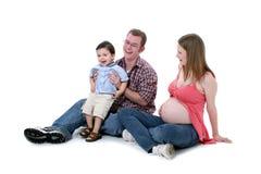 Entzückender Familien-Moment mit Mamma-Vati und großem Bruder lizenzfreie stockfotografie