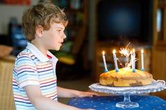 Entzückender glücklicher blonder Kleinkindjunge, der seinen Geburtstag feiert Stockbilder