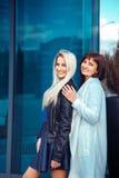 Entzückender glücklicher Damen Brunette und blond, die Kamera betrachtend Stockbild