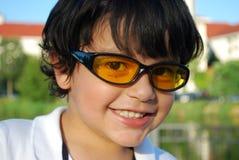 Entzückender hispanischer Junge in den Sonnenbrillen stockfotografie