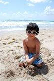 Entzückender hispanischer Junge durch das Pool lizenzfreies stockfoto