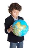 Entzückender Junge gesorgt um die Planetenerde Stockfoto