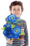 Entzückender Junge mit Blumen Stockbilder