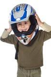 Entzückender Junge mit einem Sturzhelm im Kopf Stockfotografie
