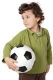 Entzückender Junge mit einer Kugel Stockfoto
