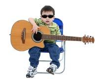Entzückender Junge mit Sonnenbrillen und Akustikgitarre über Weiß Stockbild