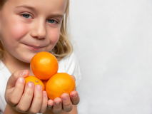 Entzückender Junge mit Zitrusfrucht lizenzfreie stockfotos