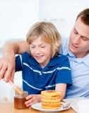 Entzückender Junge und sein Vater lizenzfreie stockbilder