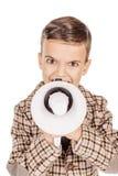 Entzückender junger glücklicher Junge des Porträts, der die Kamera an lokalisiert betrachtet lizenzfreie stockfotos