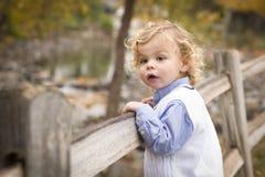 Entzückender junger Junge, der draußen spielt Lizenzfreie Stockfotos