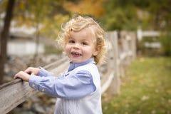 Entzückender junger Junge, der draußen spielt Stockbild