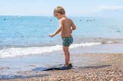 Entzückender kleiner blonder Kinderjunge, der Spaß auf tropischem Strand hat Lizenzfreie Stockbilder