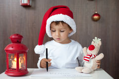 Entzückender kleiner Junge, Brief zu Sankt schreibend Lizenzfreie Stockbilder