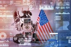 Entzückender kleiner Roboter, der beim Halten der USA-Flagge patriotisch schaut stockbild
