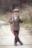 Entzückender kleiner Vorschuljunge, Trieb mit Pfeil und Bogen am targe Lizenzfreies Stockbild