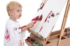 Entzückender Kleinkind-Jungen-Anstrich am Gestell stockfotos