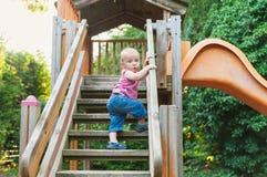 Entzückender Kleinkindjunge, der Spaß auf Spielplatz hat Lizenzfreie Stockfotografie