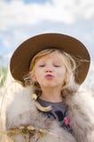 Entzückender Kuss, der Mädchen zeigt Lizenzfreie Stockbilder
