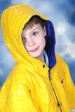 Entzückender vier Einjahresjunge im Regen-Mantel lizenzfreie stockfotografie