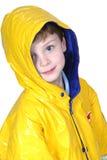 Entzückender vier Einjahresjunge im Regen-Mantel stockfoto