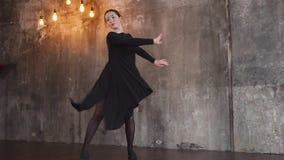 Entzückender weiblicher Tänzer im Studio stock video