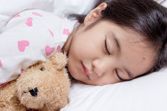 Entzückender wenig asiatischer Mädchenschlaf Lizenzfreies Stockfoto