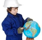Entzückender zukünftiger Erbauer, der die Welt konstruiert Stockfoto