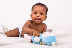 Entzückendes Afroamerikaner-Baby, das sich hinlegt Stockbild