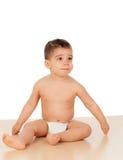 Entzückendes Baby, das auf dem Boden sitzt Lizenzfreie Stockbilder