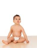 Entzückendes Baby, das auf dem Boden sitzt Stockbild
