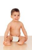 Entzückendes Baby, das auf dem Boden sitzt Lizenzfreie Stockfotografie