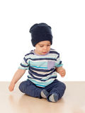 Entzückendes Baby, das auf dem Boden sitzt Lizenzfreies Stockfoto