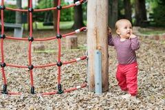 Entzückendes Baby, das draußen spielt Lizenzfreie Stockbilder