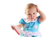 Entzückendes Baby, das eine Karte anhält Stockfotos