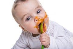 Entzückendes Baby, das eine Verwirrung bei der Fütterung macht lizenzfreies stockfoto