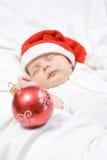 Entzückendes Baby, das im Weihnachtshut schläft Stockbild