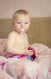 Entzückendes Baby, das mit einem Spielzeugauto spielt Lizenzfreies Stockbild