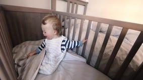 Entzückendes Baby in den Krippenschreien stock video