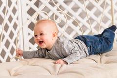 Entzückendes Baby im sonnigen Schlafzimmer Neugeborenes entspannendes Kind Familienmorgen zu Hause Neugeborenes Kind während der  lizenzfreie stockbilder