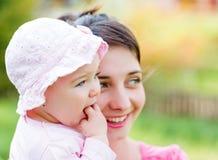 Entzückendes Baby mit ihrer Mutter Stockfotos