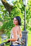 Entzückendes Baumuster im Sommerpark Lizenzfreie Stockbilder