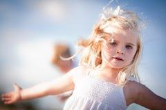 Entzückendes blaues gemustertes Mädchen, das draußen spielt Lizenzfreie Stockbilder