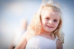 Entzückendes blaues gemustertes Mädchen, das draußen spielt Lizenzfreie Stockfotografie