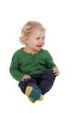 Entzückendes blondes Baby, das auf dem Boden sitzt Stockbild