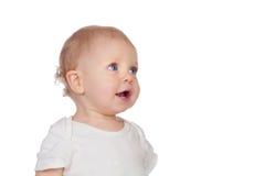 Entzückendes blondes Baby in der Unterwäsche, die oben schaut Stockfoto