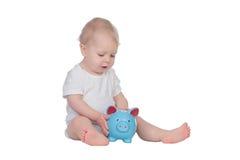 Entzückendes blondes Baby in der Unterwäsche mit einem blauen moneybox Lizenzfreies Stockbild