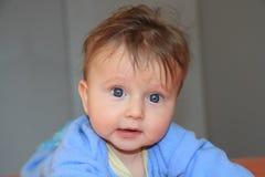 Entzückendes blondes Baby im Blau Stockfotografie